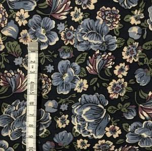 Bilde av Viscose Blomster med blå bakgrunn